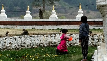 Children playing outside Kurjey Lhakhang.